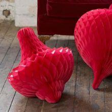 Rote XXL Wabenball-Ornamente liegend